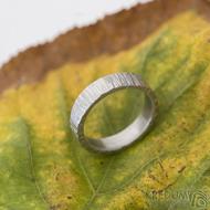 Wood světlý - Kovaný nerezový snubní prsten - produkt SK2313