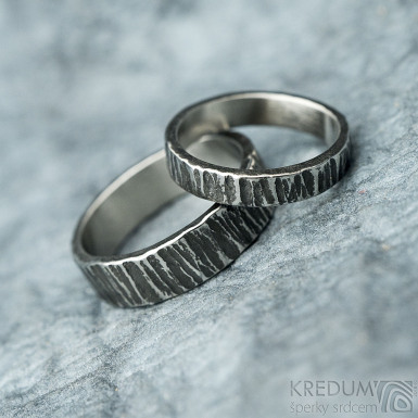 Wood tmavý - velikost 44, šířka 3 mm a velikost 53, šířka 5 mm - Nerezové snubní prsteny - et 1834