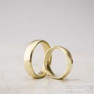 Zlaté snubní prsteny klasik gold yellow lesklé - velikost 48, šířka 4,5 mm, tl 1,3 mm, profil E + velikost 57, šířka 5 mm, tl 1,5 mm, profil E - K 1475 (5)