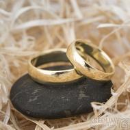 Zlaté snubní prsteny klasik gold yellow lesklé - velikost 48, šířka 4,5 mm, tl 1,3 mm, profil E + velikost 57, šířka 5 mm, tl 1,5 mm, profil E - K 1475