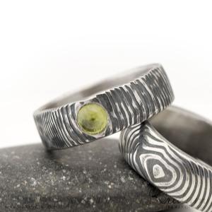 Natura damasteel, vzor čárky + olivín kabošon 4 mm, velikost 52,5, šířka 6 mm - et 1523