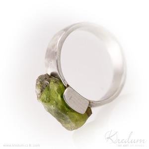 Nerezový prsten s olivínem, velikost 53,5, šířka hlavy 7 mm, do dlaně 4,5 mm - s1380