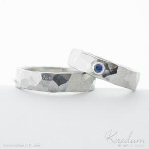 Natura nerez + broušený safír o velikosti do 2 mm vsazený do stříbra, velikost prstenu 55, šířka 5 mm, tloušťka střední (do 2 mm) - K5822