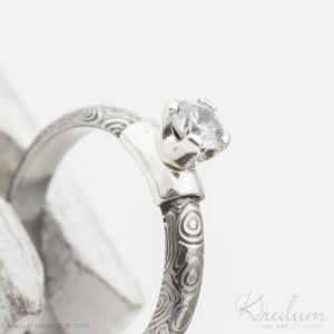 Prima Madame a zirkon ve stříbře, kolečka - Kovaný zásnubní prsten damasteel - S1119